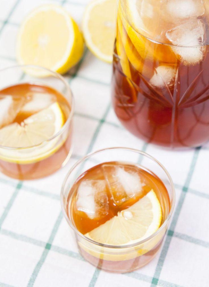 [ Iste ] 1 liter kokande vatten / 2-3 påsar Earl Grey-te / 4 msk råsocker 1 citron / isbitar | Häll kokande vatten i en kanna tillsammans med tepåsar + socker, låt dra en lång stund – helst tills teet svalnat. Skär citronen i skivor, lägg ner. Låt istet stå i kylskåpet tills det blivit riktigt kallt. Servera med isbitar.