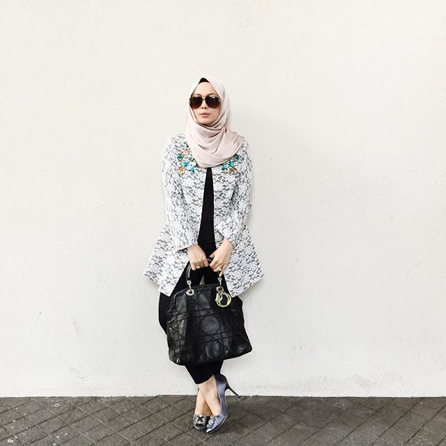 Long dressy jacket for today. ❤️ (Wearing Frappuccino @duckscarves and @aineesuhaidi jacket, from @fashionvaletcom) #fvootd #duckscarves #aineesuhaidi