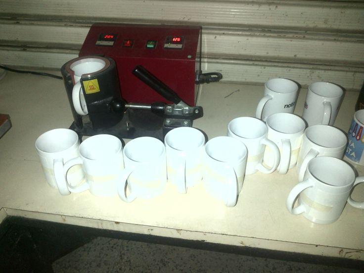 la maquina para estampar las tazas, coolers y jarras térmicas en accion