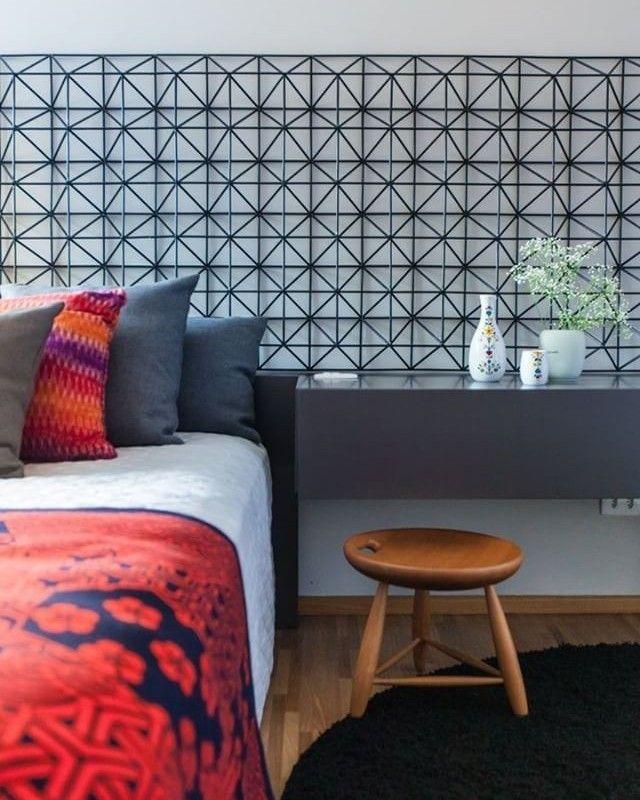 #meuprojetonaaec: o projeto de hoje é um quarto projetado pela arquiteta Leda Volpon Néspoli (@leda_arq). A cabeceira foi feita com uma estrutura metálica pintada de preto. Mande sua foto também! É só você enviar via direct para a gente! #arquitetura #revistaaec