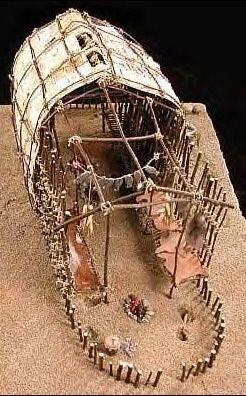 La casa comunal Huron se hace generalmente de abedul blanco o aliso árboles que eran lo suficientemente pequeño como para doblar , la cuerda se hacia  trenzando tiras juntas delgadas de corteza y hojas de corteza para cubrir el marco