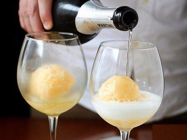 Коктейль с шампанским и мороженым ✔Ингредиенты: Шампанское — 300 мл Мороженое — 600 г Ром, ликер или коньяк — 150 мл  Лед — 12 кубиков ✔Приготовление: В каждый бокал поместите лед, шарик мороженого, политый ликером. Добавьте шампанское и украсьте напиток праздничными аксессуарами.