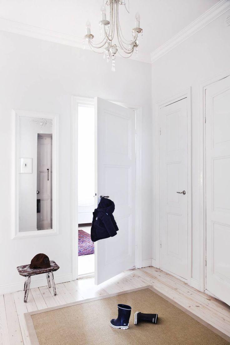 Vanhanmalliset ovenkahvat löytyivät Bauhausista. Tuoli on Villen mummon vanha lypsyjakkara.