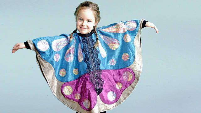Dieses Schmetterlingskostüm ist toll für Kinder im Alter von 1,5 bis 8 Jahren! Der Schmetterling ist ein einfaches Kindercape, das auch schon für Anfänger geeignet ist. Es wird appliziert und Bündchen genäht. Wenn du dabei noch Hilfe brauchst, gibt es den passenden Video-Kurs auf makerist.de. Viel Spaß dabei!
