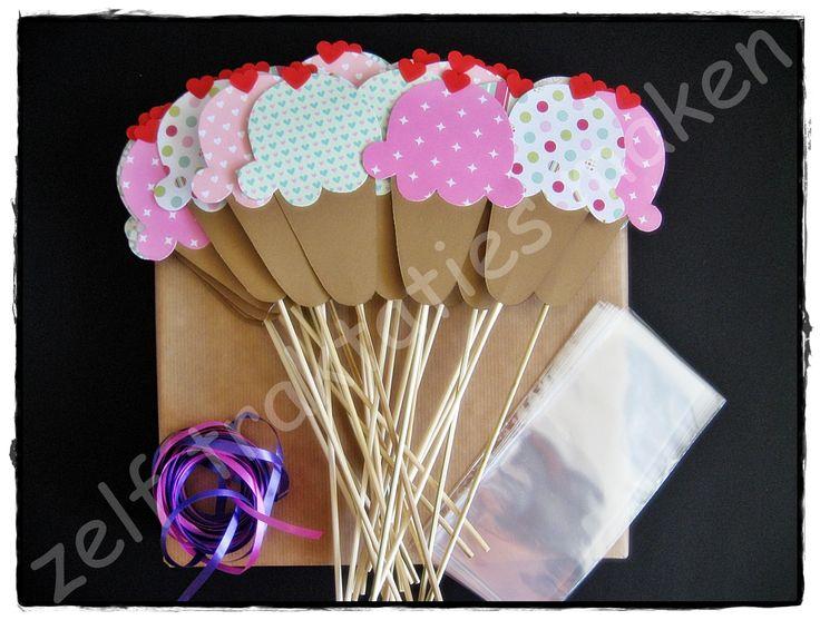 ♥ Traktatiepakket ijsjes ♥ Inhoud: 25 traktatieprikkers 25 cellofaanzakjes 25 x 25 cm krullint Piepschuimblok om de traktaties in te steken.
