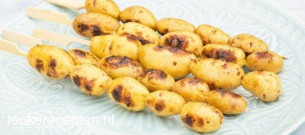 Handige barbecuespiesen met aardappeltjes in knoflookmarinade voor op de bbq