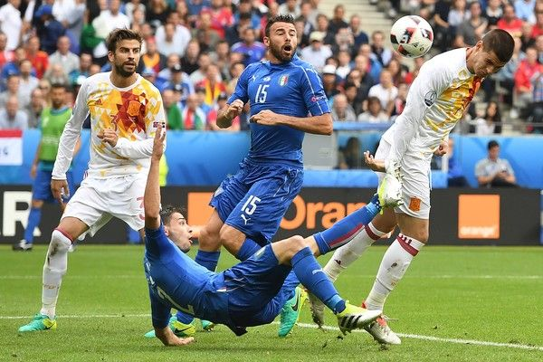 Italy's defender Mattia De Sciglio vies for the ball to shoot against Spain's forward Alvaro Morata during Euro 2016 round of 16 football match between Italy and Spain at the Stade de France stadium in Saint-Denis, near Paris, on June 27, 2016. / AFP / Francisco LEONG