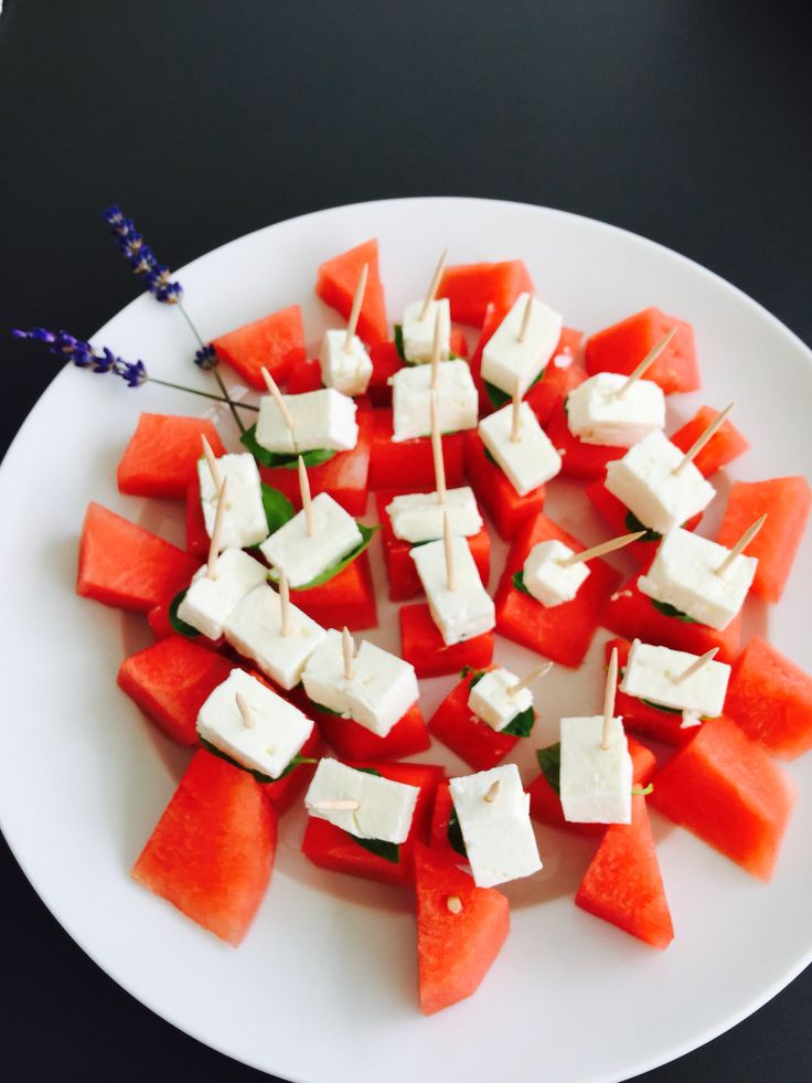 Wassermelone-Feta-Häppchen // watermelon-feta cheese apero