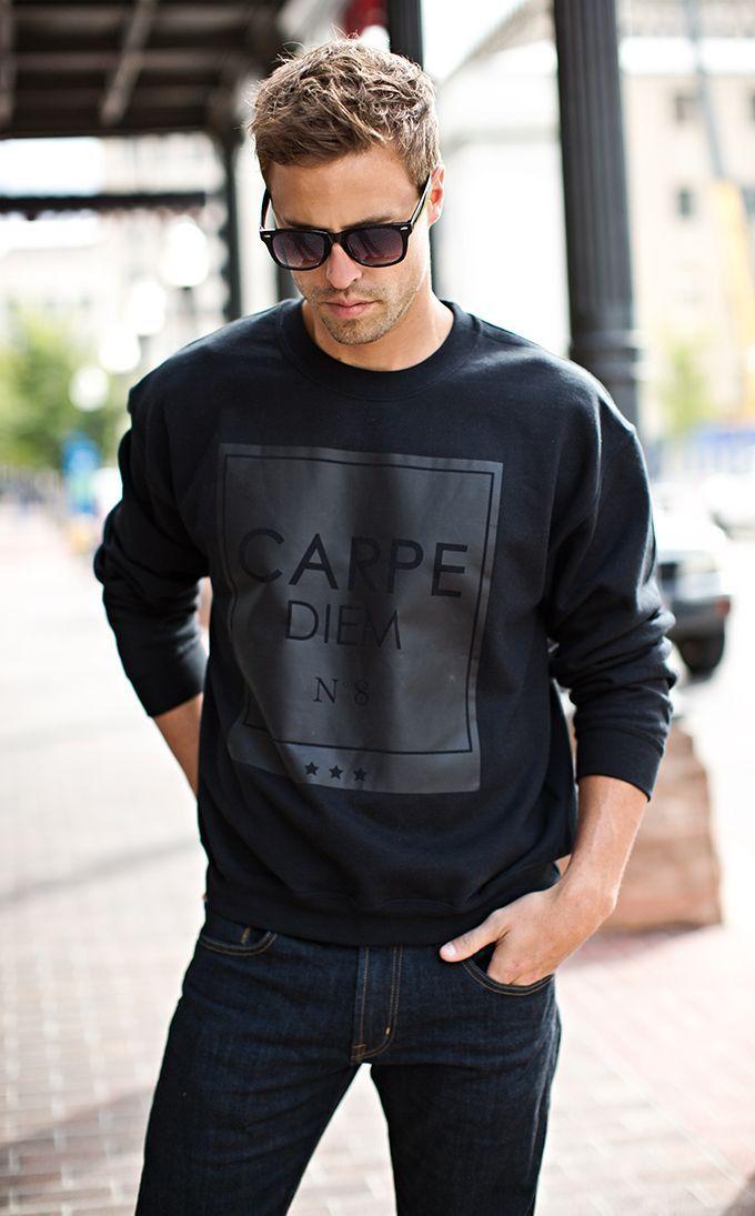 Comprar+ropa+de+este+look:+https://es.lookastic.com/moda-hombre/looks/jersey-con-cuello-barco-estampado-negro-vaqueros-azul-marino-gafas-de-sol-negras/8512+  —+Gafas+de+Sol+Negras+ —+Jersey+con+Cuello+Circular+Estampado+Negro+ —+Vaqueros+Azul+Marino+