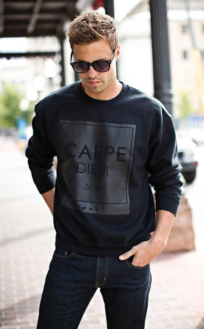 Den Look kaufen: https://lookastic.de/herrenmode/wie-kombinieren/schwarzer-bedruckter-pullover-mit-rundhalsausschnitt-dunkelblaue-jeans-schwarze-sonnenbrille/8512 — Schwarze Sonnenbrille — Schwarzer bedruckter Pullover mit Rundhalsausschnitt — Dunkelblaue Jeans