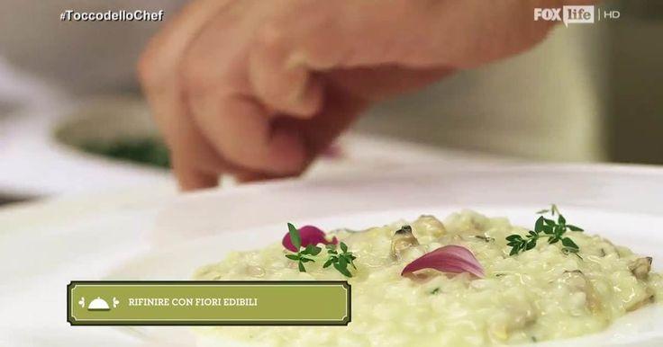 """La ricetta dello chef Antonino Cannavacciuolo per realizzare un primo piatto """"mare e monti"""", leggero, fragrante e profumatissimo: il risotto con vongole e timo."""