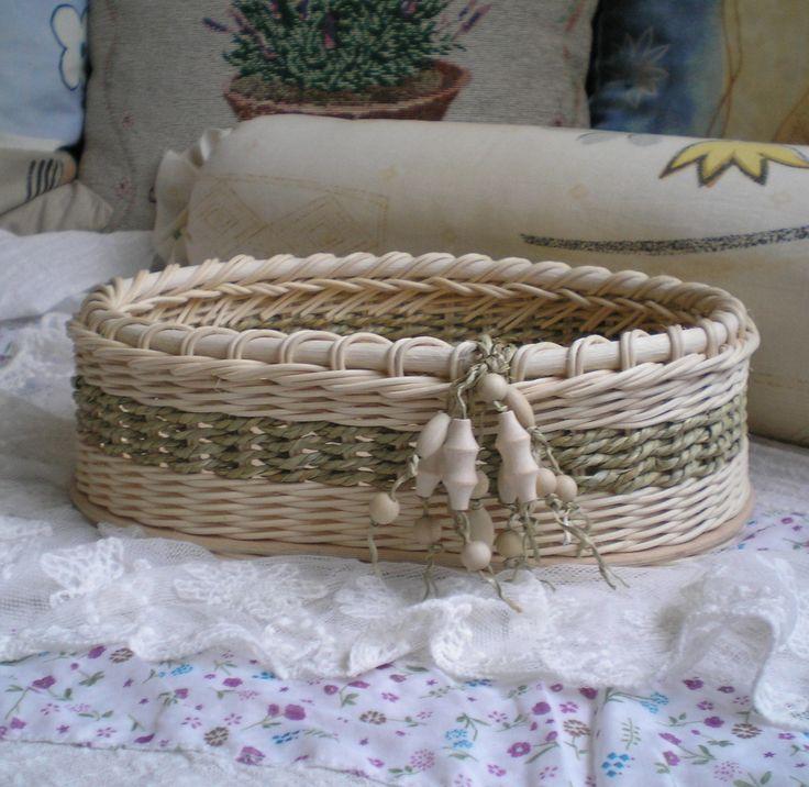 Košíček s třapcem Košíček pletený z přírodního pedigu, kombinovaný s elhar šňůrou s pevným překližkovým dnem, zdobený třapcem s dřevěnými korálky. Rozměry 28 x 20 x 9 cm.