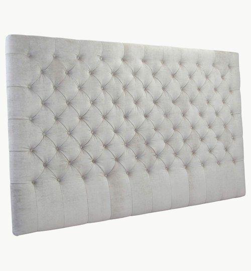 En specialtillverkad sänggavel med bredden 210 cm och höjden 130 cm, djuphäftade knappar,även