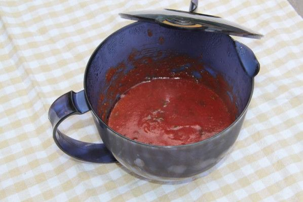 Vous le savez à présent... je suis une grande adepte du fait-maison.... Lorsque j'ai vu cette recette Tupp, j'ai de suite sû que tôt ou tard, je la testerai... et franchement.. franchement.. il est top ce ketchup ! beaucoup moins sucré que le ketchup...