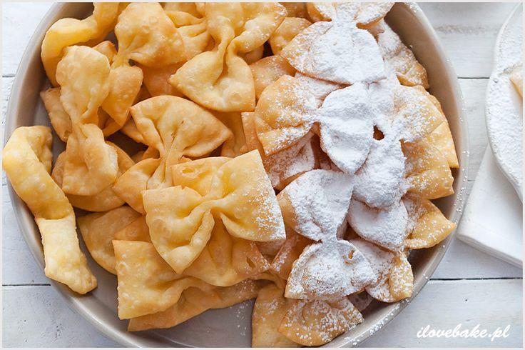 Karnawałowe kokardki to nowa odsłona ciasta, które przygotowujemy na faworki. Pięknie wyglądają i co ważniejsze są prostsze w formowaniu od tych tradycyjnych.