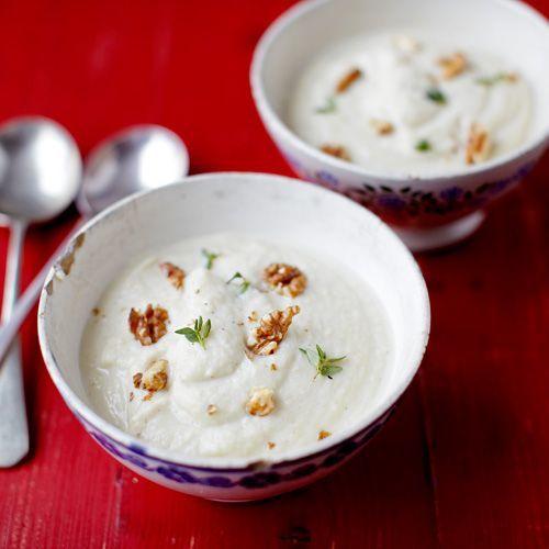 Soep uit blik is voorgoed verleden tijd als je deze soep geproefd hebt. Deze smaakvolle knolselderij soep is klaar in een handomdraai en ideaal als je voor een (grote) groep mensen moet koken. De geroosterde walnoten maken de heerlijke en gezonde soep,...