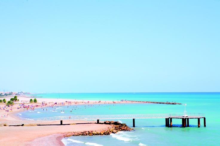 PLAYA LES CASES - PLAYA NORTE / Xilxes -  Playa de escaso desnivel, arena suave y grava que está delimitada por espigones al norte y al sur. A los numerosos servicios que ofrece se les unen las excepcionales vistas que se pueden contemplar desde un mirador de madera en forma de pasarela que se adentra en el mar.
