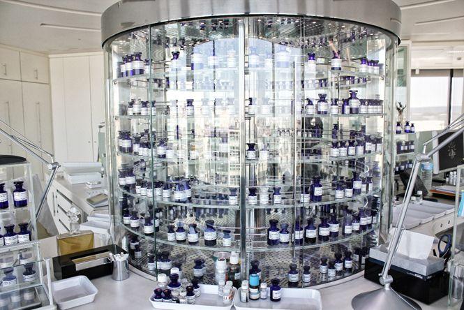 Dans le laboratoire, l'orgue à parfums est un manège réfrigéré.