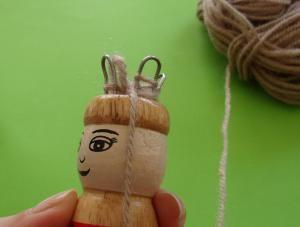 Hace días os enseñaba qué era un tricotín, y prometía enseñaros a utilizarlo… pues aquí tenéis el tutorial ilustrado! Material necesario: Tricotín o carrete Lana (de grosor medio, si es muy …