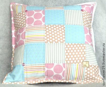 Подушка в стиле пэчворк `Нежность` - 2. Очень нежная по цвету подушка с наволочкой в стиле пэчворк из английского хлопка. Декорирована маленькими пуговицами, машинной стежкой, кантом и милой аппликацией. Задняя сторона наволочки выполнена из яркого сатина…
