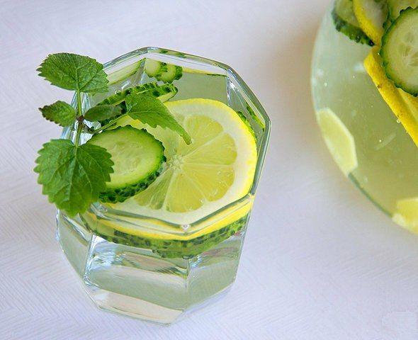Детокс-напиток.  Его лучше приготовить вечером, за ночь он настоится в холодильнике, а утром вы получите витаминный напиток, который сможете пить весь день.  Ингредиенты: вода питьевая —2 л огурец — 2 шт. лимон — 1 шт. корень имбиря —2 см  Огурцы и лимон тщательно промойте под проточной водой. Кожицу лимона потрите жесткой стороной губки, так как часто цитрусовые обрабатывают специальными веществами для лучшего хранения. Нарежьте огурцы и лимон тонкими колечками.  Корень имбиря очистите и…