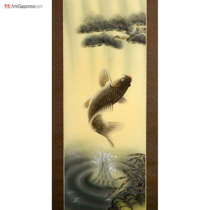"""SALTO DELLA CARPA In questo pregiato kakejiku (掛軸), firmato dall'artista Katsunari Morita (森田勝成), vediamo raffigurata una carpa (鯉) colta nell'atto di spiccare un balzo fuori dall'acqua. È un tema molto ricorrente nella pittura giapponese, specialmente nei rotoli da parete che vengono appesi nei tokonoma (床の間), le alcove presenti nelle stanze in stile tradizionale, durante il mese di maggio in occasione del """"Tango no sekku"""" (端午の節句), ovvero la festa dei bambini."""