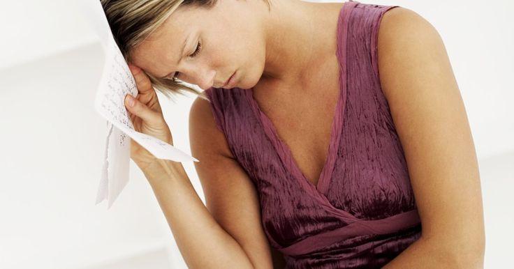 Remédios naturais para o inchaço e as cólicas menstruais. As cólicas menstruais acontecem quando nosso corpo libera o hormônio prostaglandina. O inchaço também acompanha as cólicas durante o período pré-menstrual. Esses sintomas são diferentes entre as mulheres e podem variar de leves a severos.