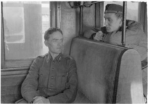 Koivumäki ja Heimo kuvausryhmän salonkivaunussa,  Riihimäki 13.4.1942. SA-kuva-arkisto.