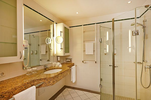 Blick ins Bad eines der Hotelzimmer / View into one of the bathroom of the hotel rooms | Hyperion Hotel Berlin
