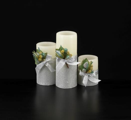 #natale #ideeregalo   http://shop.candelesenzafiamma.it/product_info.php?products_id=279 Candela di Natale fatta a mano in pura cera lucida e metà ricoperta con brillantini di colore argento, bordi lineari, disponibili in 3 colori, decoro con nastro argentato.  Pensata per un centro tavola la candela non ha profumo.  Ideale per un regalo originale è confezionata in una scatola trasparente con base di cartone.