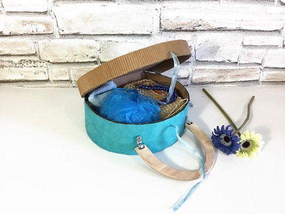 Esta maleta de cartón, set SPA azul, es una caja de cartón con baño sostenible eco azul SPA y belleza. Es un vintage en forma de maleta azul caja de cartón, forrado con papel natural, Francia. Es un juego, un regalo alternativo a todas las mujeres, para chicas, para todas las abuelas, tías, colegas, personas únicas. Lo que se obtiene: 1 caja de cartón azul 1 toalla azul 1 esponja azul 1 esponja para fregar Perla y pulsera de cristal 1 luz azul y azul de la tela. Medidas sets de SPA azul L…