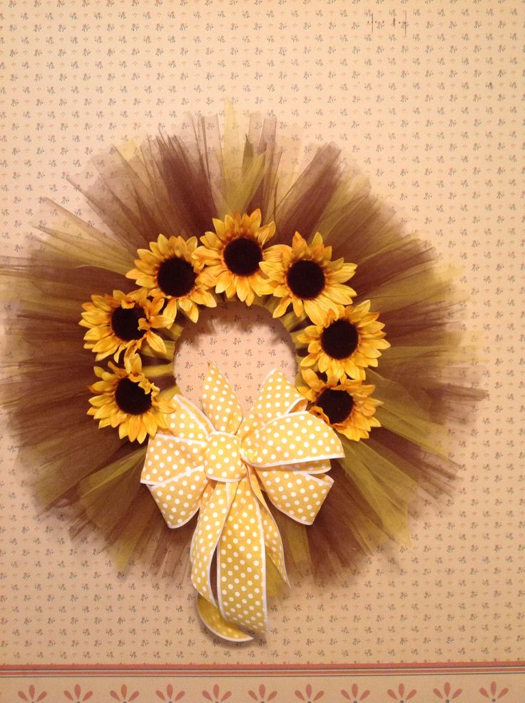 Sunflower tulle wreath I made for a good friend. I LOVE making these! Fun and easy to do...