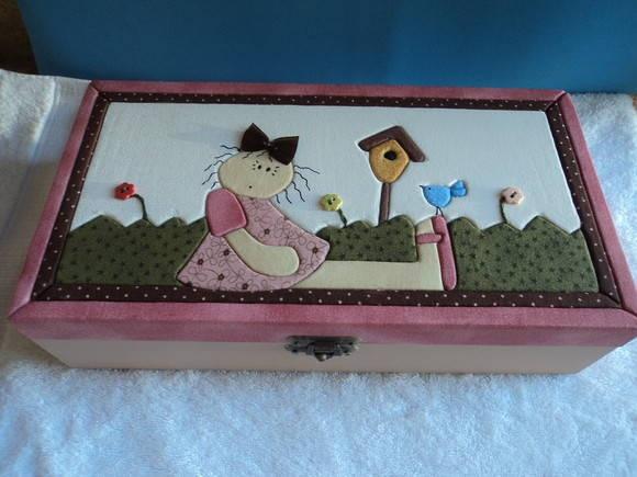 Caixa pintada com tinta acrílica e  patchcolagem com isopor e tecido impermeabilizado, quatro divisórias, motivo menina country. R$ 60,00