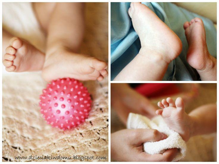 Masaż stóp niemowlaka - wykorzystanie różnych faktur www.dzieciakiwdomu.blogspot.com