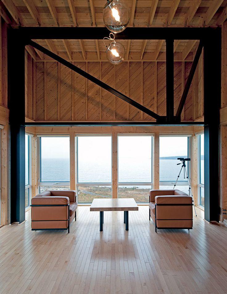 На первом этаже расположены жилые помещения дома - гостиная, кухня, столовая..  (архитектура,дизайн,экстерьер,маленький дом,минимализм,гостиная,дизайн гостиной,интерьер гостиной,мебель для гостиной,фото гостиной,идеи гостиной,интерьер,дизайн интерьера,мебель) .