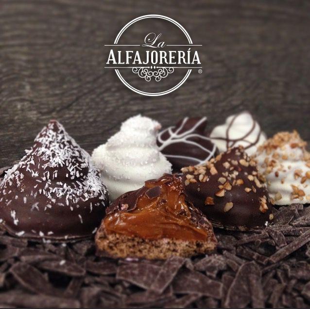 Conitos de dulce de leche bañados en chocolate. Alfajores en México La Alfajorería