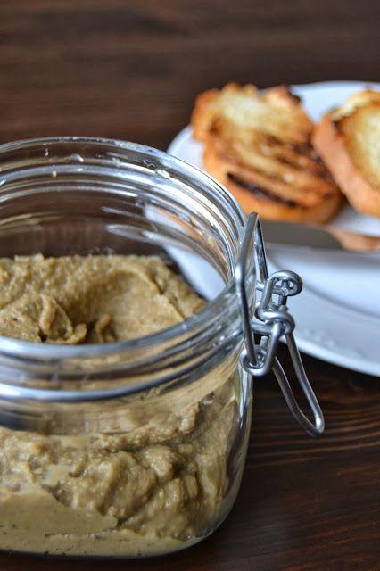 Paté de berenjenas. Parece muy sencillo, sólo con ajo, aceite y sal. Habrá que probarlo.