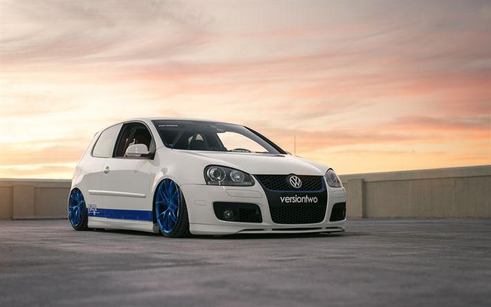 Download wallpapers Volkswagen Golf, white hatchback, tuning Mk5, blue wheels, Niche Wheels, low-profile tires, Mk5, Golf V