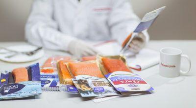 Красная рыба: как нас обманывают производители? Красная рыба — натуральный источник полезного белка и полиненасыщенных жирных кислот Омега-3. Они понижают уровень холестерина, укрепляют нервную систему и улучшают кровообращение. Больше всего полезных веществ содержится в слабосоленой семге и форели, которые не проходят термическую обработку. Росконтроль провел независимую экспертизу 7 популярных торговых марок красной рыбы и выяснил — большинство производителей нас обманывают. Поэтому […]…