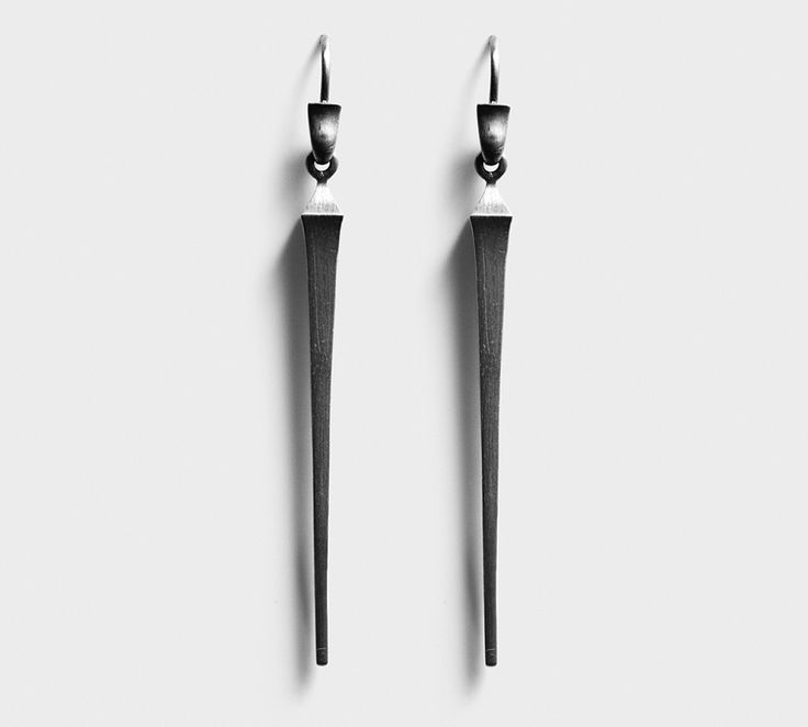 """Line og Jo øreringen """"Miss Every"""" - som fås enkeltvis. De er fede at mixe med andre øreringe eller ørestikker, men kan også bruges som par. Miss Every er udført i sølv med sort rhodium - en rå og flot ørering..."""