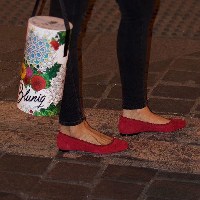 Bailarina de ante rojo con pasamaneria y caja cilíndrica bluniq
