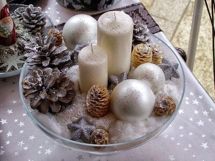 Egy üvegtálba beraktam a gyertyákat, körberaktam jól széthúzogatott vattával, körérakosgattam a tobozokat, üveggömböket, csillagokat és leszórtam az egészet ezüst csillámmal. Kb 10 perc alatt kész a mutatós karácsonyi asztaldísz