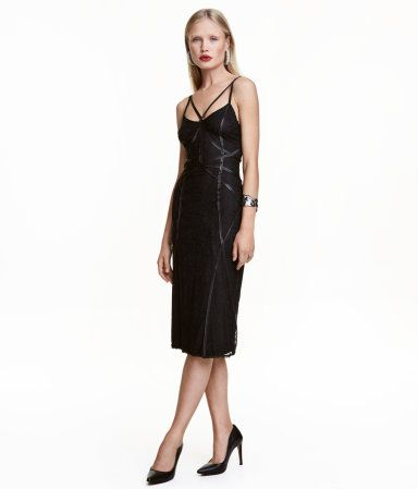Schwarz. Knielanges Kleid aus Spitze mit dekorativen Satinbändern. Figurnahes Modell mit schmalen Trägern und Jerseyfutter.