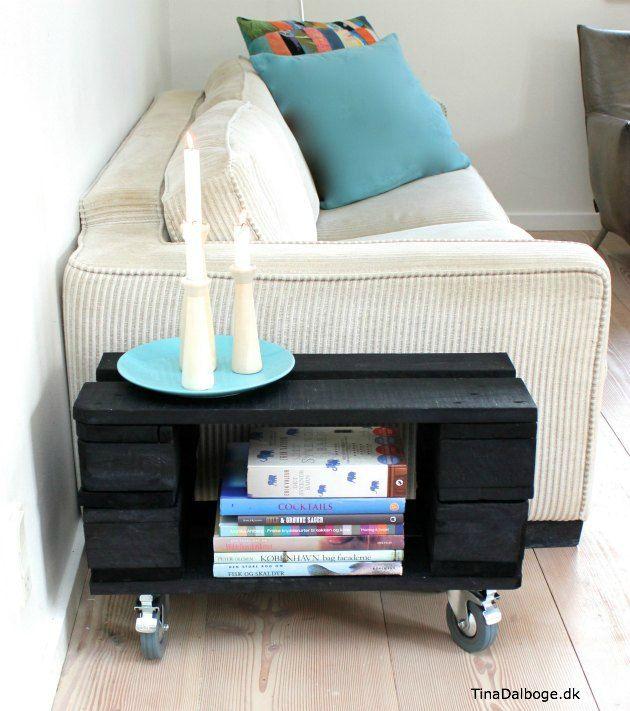 Møbel lavet ud af en palle   et lille sidebord med hjul under fra ...