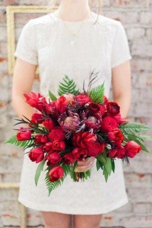 Букет невесты с тюльпанами, пионами и листьями папоротника