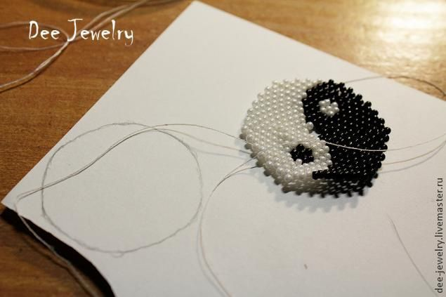 Сегодня я расскажу вам, как плести круглые элементы в мозаичной технике на примере сережек Инь-Янь. Нам понадобится: 1. черный и белый бисер размера 11, 2 бисерины 8 размера. 2. бусины 4 мм. 3. иглы, нити, ножницы. 4. плотная бумага. 5. клей момент кристалл, так же в этом случае можно взять простой клей-карандаш. 6. разъемные колечки 5 мм. 7. швензы для сережек. 8. схема изделия.
