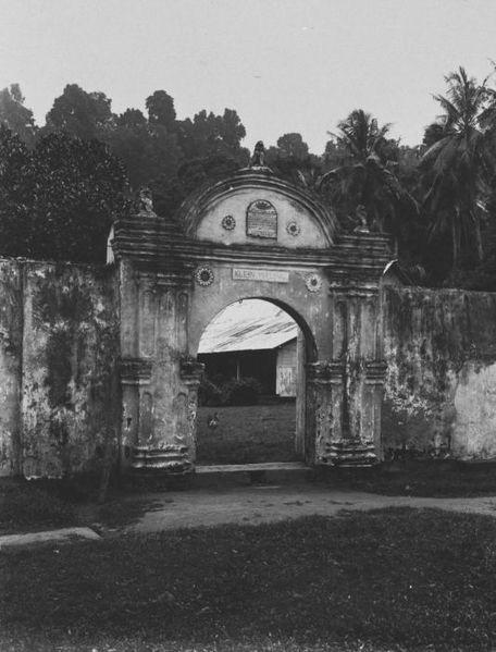 De poort van het vroegere nootmuskaatperk Klein Waling op Lonthoir (Groot Banda), ca. 1935 - collectie Tropenmuseum