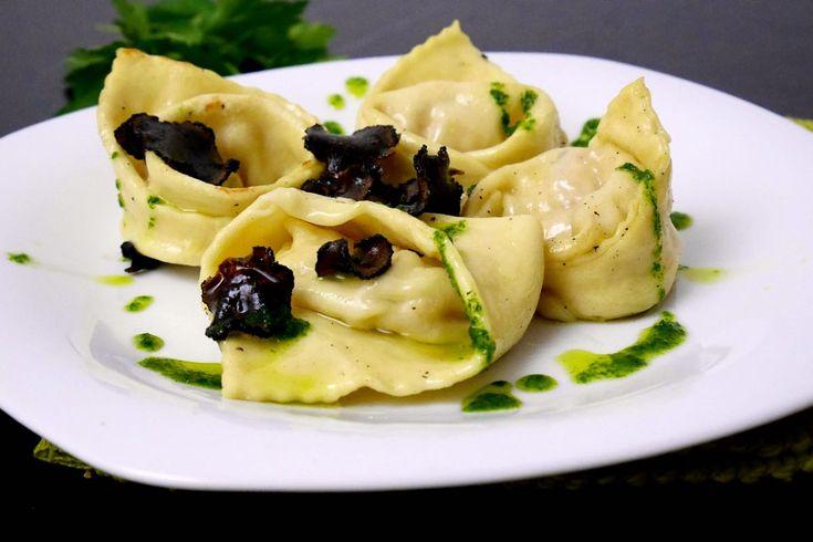 I tortelloni ai gamberi con tartufo nero e salsa al prezzemolo sono un primo piatto in cui si incontrano la terra ed il mare.
