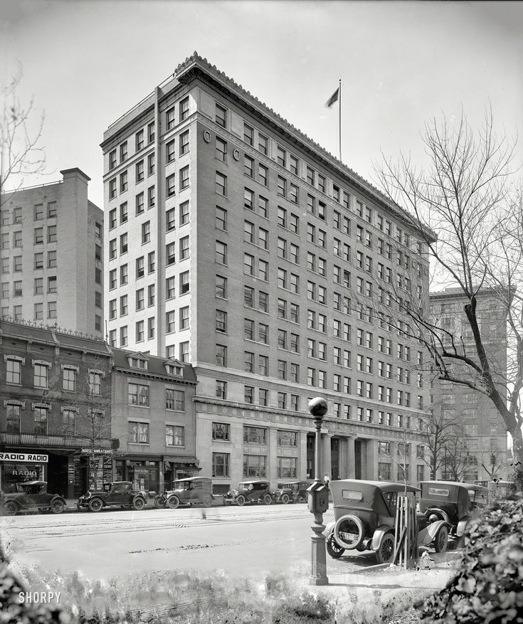 "Shorpy Historical Photo Archive :: Washington, D.C., 1924. ""Interstate Commerce Commission building."" Two doors down from the Jazz Age equivalent of the Apple Store. Note police call box with Bat Signal globe. Harris & Ewing Collection glass negative."