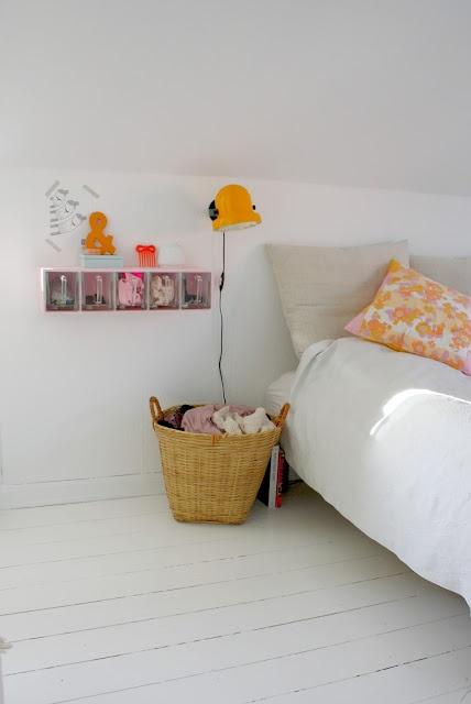 Creo que la estantería es de Ikea, o que tienen una parecida. Buena idea para guardar cosas pequeñas